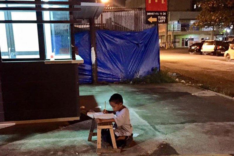年僅9歲的卡布雷拉苦讀景象,觸動上萬人。(圖/截自Joyce Gilos Torrefranca臉書)