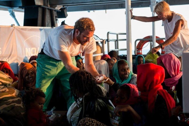 在無國界醫生地中海救援船「My Phoenix」上,救援人員正在分派食物給372位獲救的難民。(Gabriele François Casini/MSF)