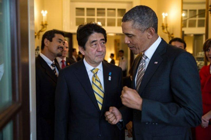 圖為2013年2月22日,美國總統歐巴馬與日本首相安倍晉三交談。(圖片取自白宮官方照片)