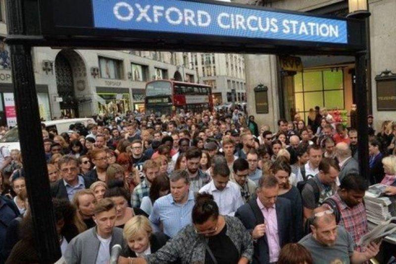 許多人提前下班以便趕上回家的地鐵。(BBC中文網)
