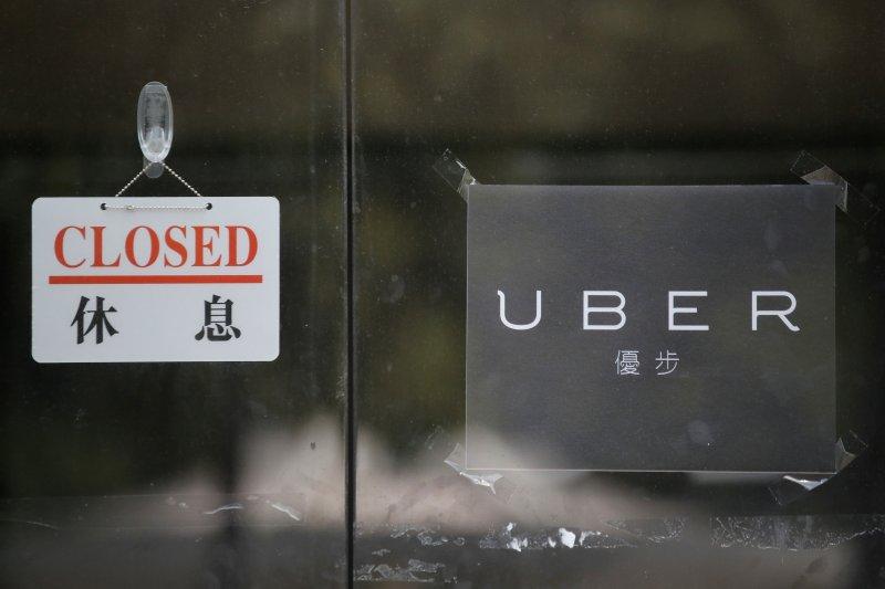 Uber公司滯納104年度營業稅新台幣5124萬餘元逾期未繳,法務部行政執行署台北分署於15日前往Uber公司,查封辦公設備,並扣銀行存款1184萬餘元。圖為日前香港Uber遭警方搜索關閉。(資料照,美聯社)