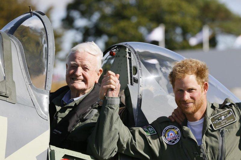 不列顛戰役75周年,哈利王子與老飛行員尼爾(美聯社)
