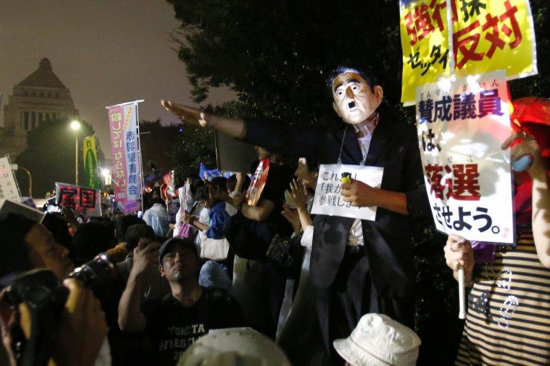 反安保法案的民眾在國會外抗議。(美聯社)