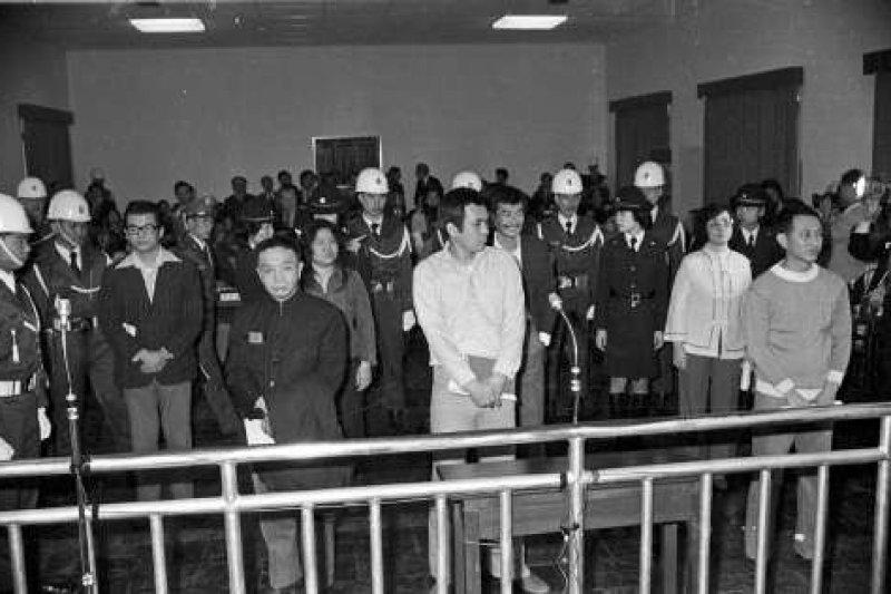 美麗島事件進行軍法審判,7名被告(左起):張俊宏、黃信介、陳菊、姚嘉文、施明德、呂秀蓮、林弘宣出庭。(維基百科)