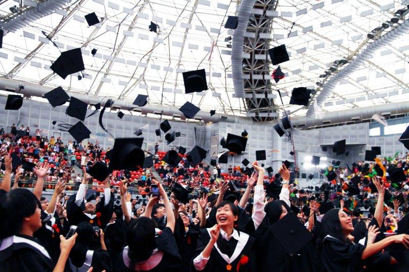 因為成績因素延畢的學生頂多只占一成,多數學生延畢是有其他考量(圖/國立臺灣大學@facebook)