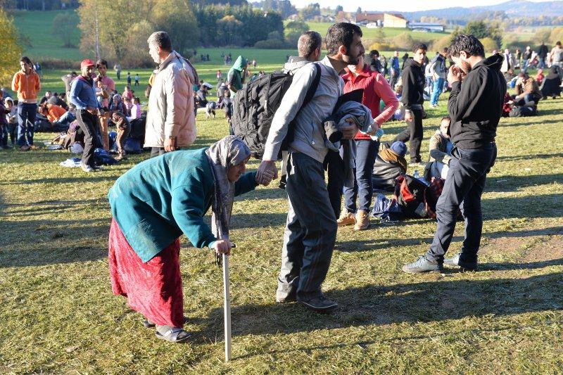 剛抵達奧地利邊界的難民。(美聯社)