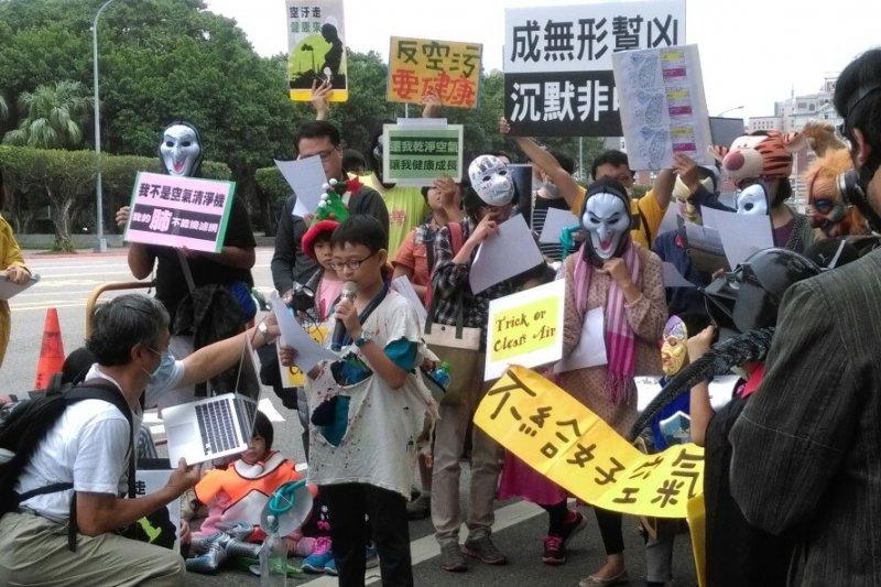 「不給好空氣就搗蛋」抗議活動,來自彰化的小朋友楊子慶現場演唱「青空望想」,表達想要乾淨空氣的權利(郭佩凌攝)