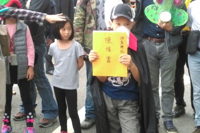 「不給好空氣就搗蛋」抗議活動,孩子高舉陳情書(郭佩凌攝)