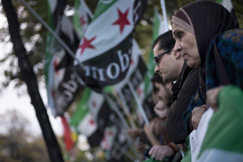 在維也納會場外抗議的敘利亞人(美聯社)