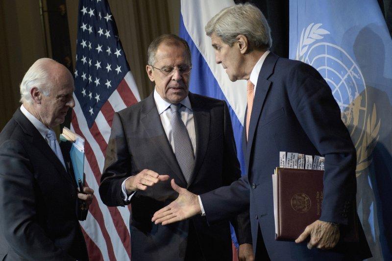 維也納會議,左起:聯合國秘書長敘利亞問題特使德米斯圖拉、俄羅斯外長拉夫羅夫、美國國務卿凱瑞(美聯社)