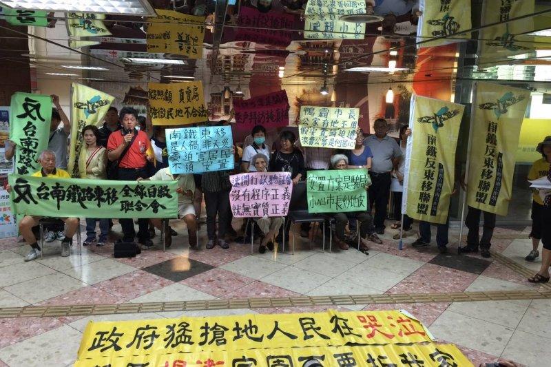 台南鐵路東移專案照顧住宅2日舉行抽籤,反南鐵東移全縣自救聯合會到場抗議。(取自反台南鐵路東移臉書)