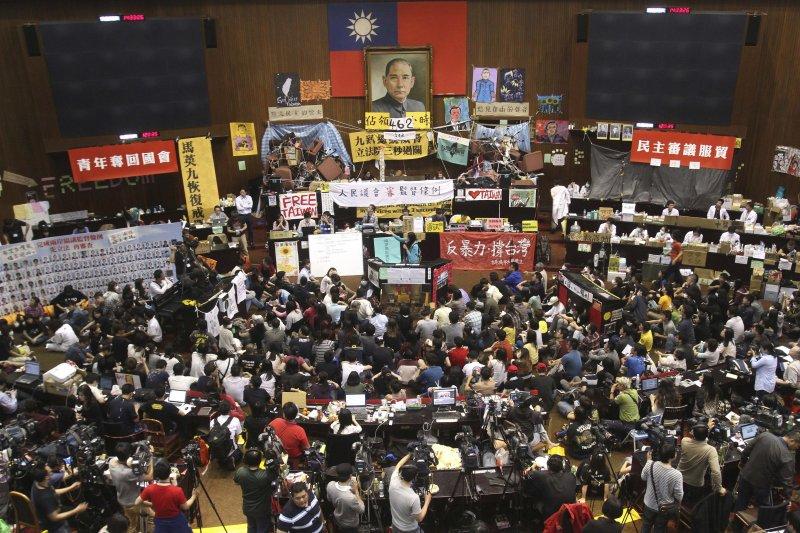 台北高等法院13日上午,進行318反黑箱服貿運動佔領立法院案二審宣判,維持一審判決、22人均無罪。圖為學運立院現場。(資料照,美聯社)