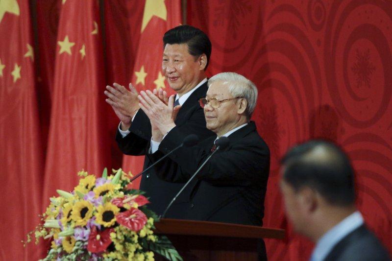 中國國家主席習近平(左)與越南共產黨總書記阮富仲(中)。(資料照,美聯社)