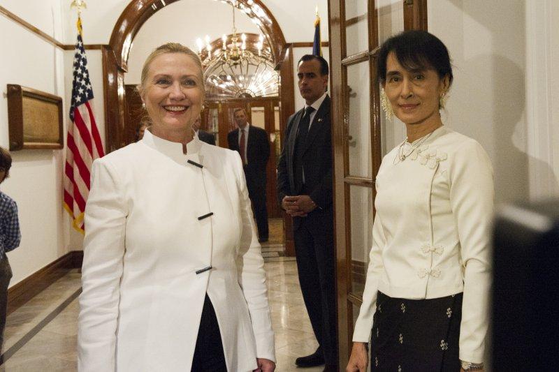 2011年12月1日,翁山蘇姬與美國國務卿希拉蕊.柯林頓會面。(維基百科)