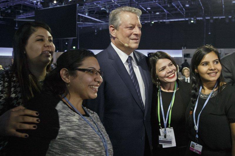 美國前副總統高爾與巴黎氣候峰會的工作人員合影(美聯社)