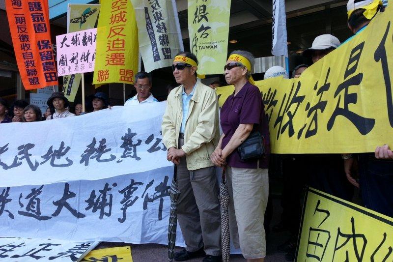 反南鐵東移居民到民進黨部向蔡英文陳情,連門都進不去。(朱淑娟攝)
