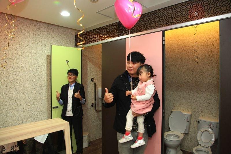 台北市大安區公所的性別友善廁所,讓爸爸帶女兒上廁所不尷尬。(取自大安區公所官網)