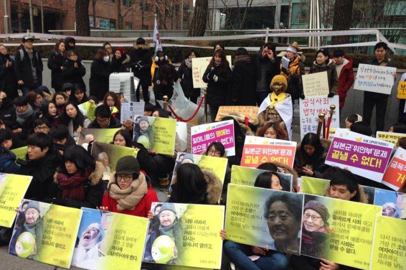 反對慰安婦協議的民眾聚集於舊日本大使館前。(取自大學生協同一致組織臉書)