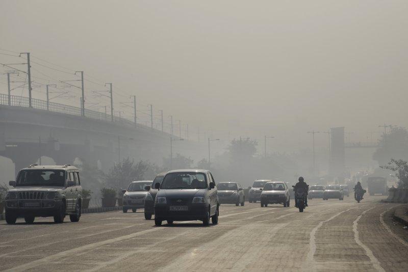 1月1日的印度首都新德里街頭,車流量明顯減少,但空氣品質依然欠佳。(美聯社)