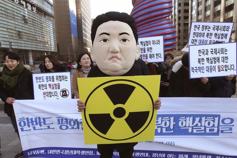 北韓遭受國際制裁,但仍有資金執行NBC武器研發計畫;圖為北韓在2016年1月進行第4次核試爆後,南韓民眾走上街頭抗議。(美聯社)