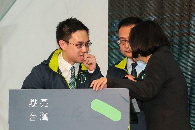 「人帥英文好」,民進黨國際部副主任趙怡翔充當小英國際記者會口譯爆紅。(顏麟宇攝)