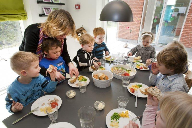 丹麥蘭納斯托兒所餐餐都會有豬肉上桌。圖為丹麥兒童的用餐狀況。(翻攝網路)
