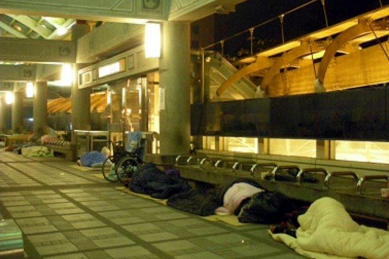 近10年來最強的寒流即將於本周末襲台,台北市社會局將開放4間避寒所與10間媒合的旅館給有意願入住的街友避寒。(取自台北市社會局網站)