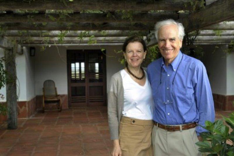 戶外運動品牌The North Face共同創辦人湯普金斯(右)與遺孀克莉絲汀(左)生前合影。(取自推特)