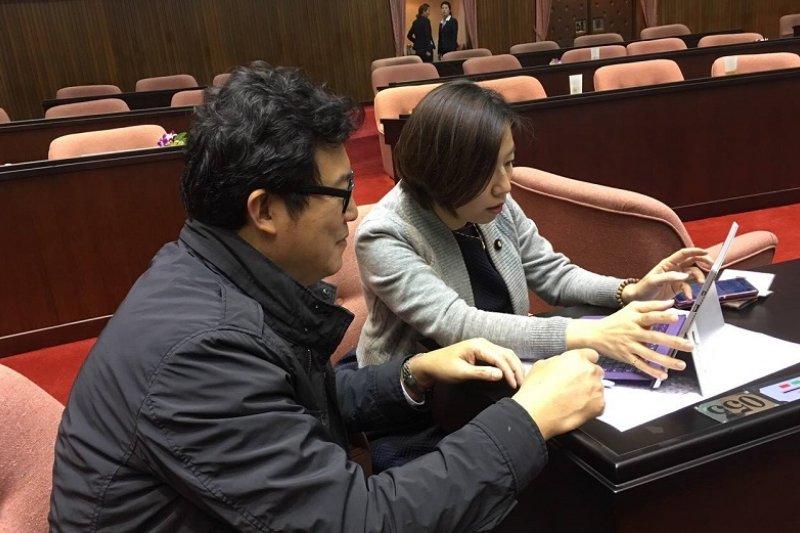 立法院會期報到第一天,立委姚文智和林靜儀就推動暫緩DRGs 。(取自姚文智臉書)