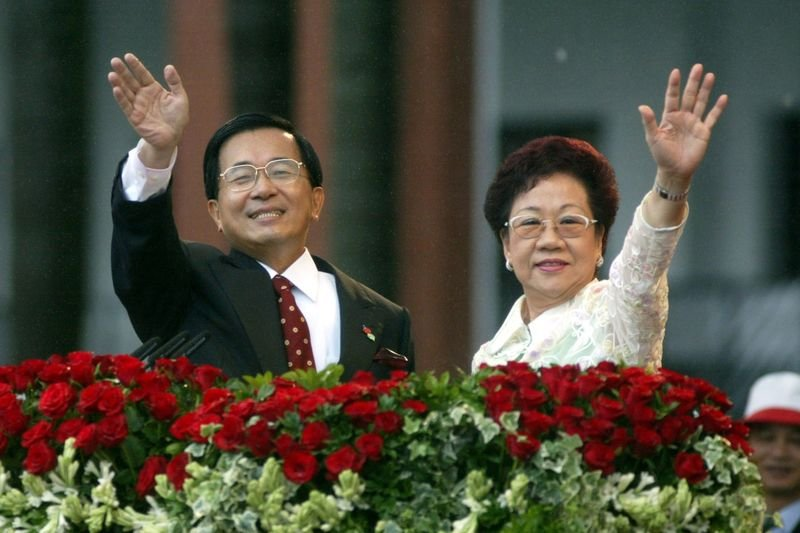 前總統陳水扁與前副總統呂秀蓮於2000年就職。(資料照,總統府官網)