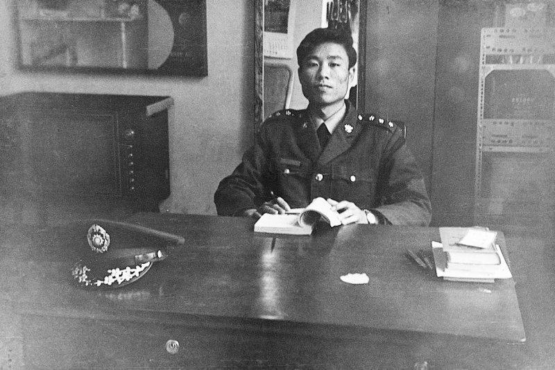 凌耿就讀台大期間,以國軍上校身份經常在軍中演講,卻也被情治單位盯上(圖/大塊文化提供)