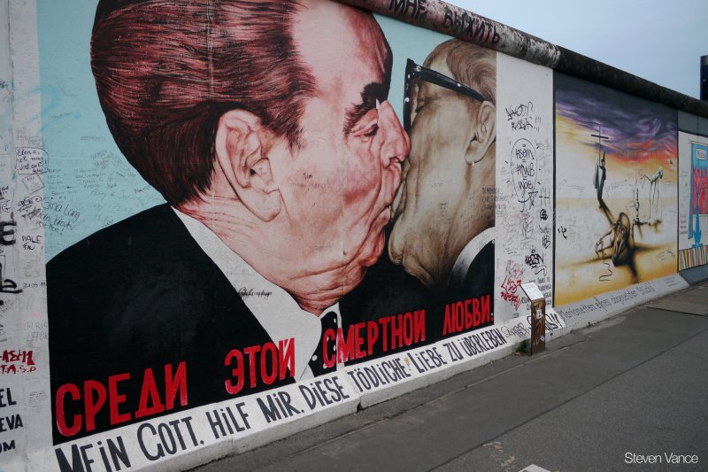 柏林圍牆上的塗鴉,東西德兩位總統的愛情象徵德國統一。(圖/Steven_Vance@@flickr)