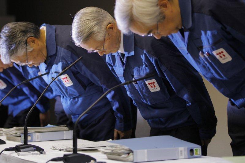2011年3月30日,當時東京電力公司董事長勝俁恒久(中)率2名高層出面道歉。(美聯社)