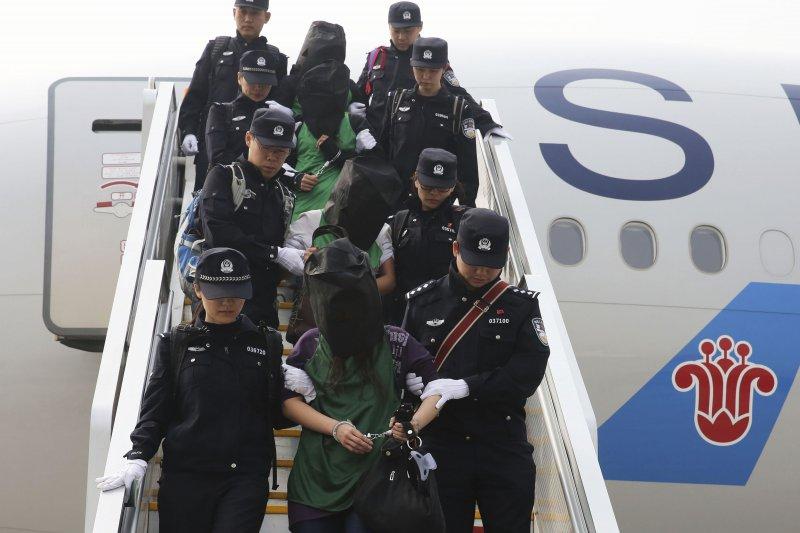 4月13日,北京首都機場,第二批台灣電信詐騙犯罪嫌疑人從肯亞被包機押解回中國。(美聯社)