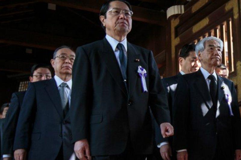 繼日本首相等供奉祭品後,日本國會跨黨派議員團體約90名議員周五(4月22日)集體參拜靖國神社,再遭中韓批評。(BBC中文網)