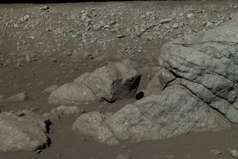 嫦娥三號傳回史上最清晰、真實的月球表面照片(取自網路)