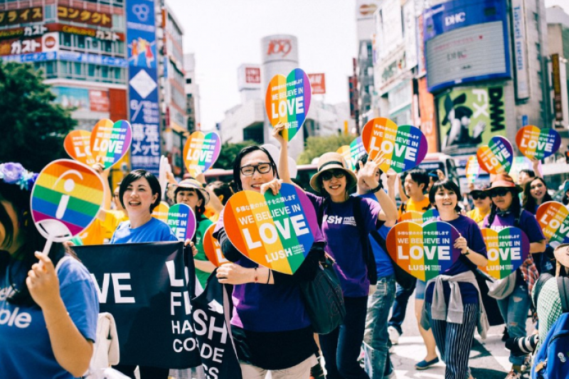 走在澀谷街上的民眾個個手舉象徵少數群體的彩虹牌子表達性平訴求,但日本似乎還有很長的路要走。(翻攝網站)