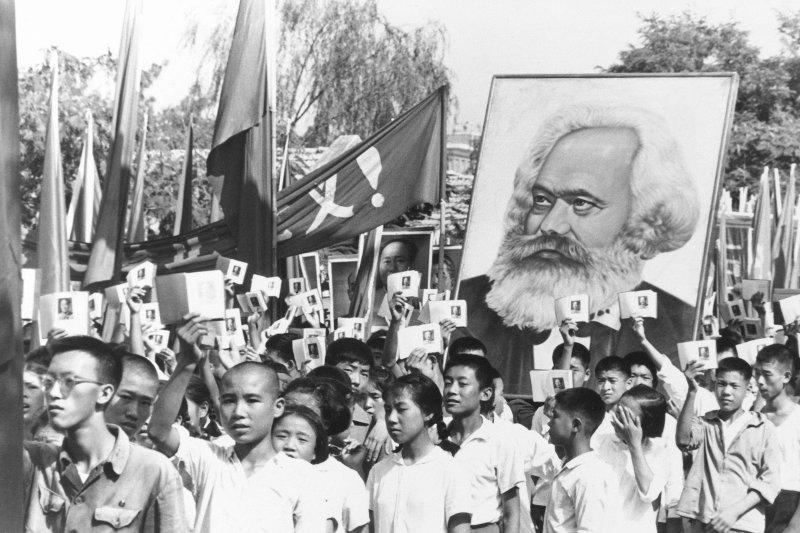 文化大革命時,遊行群眾高舉馬克思像。(資料照,美聯社)