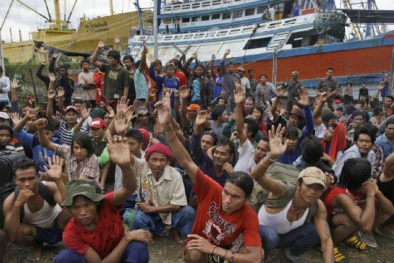 今年三月,五名泰國、三名印度尼西亞漁船船長被以人口販運罪判刑三年。圖為2015年在印度尼西亞一座漁場的緬甸漁工,在被問到誰想回家時的舉手情況。(BBC中文網)