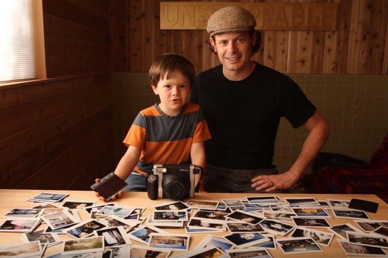 他6歲,卻已出版了自己的攝影集!(圖/Outsider Books@youtube)