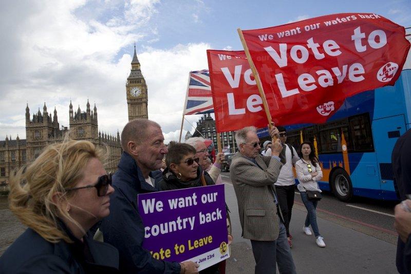 支持英國脫離歐盟的宣傳活動15日於西敏橋舉行(美聯社)