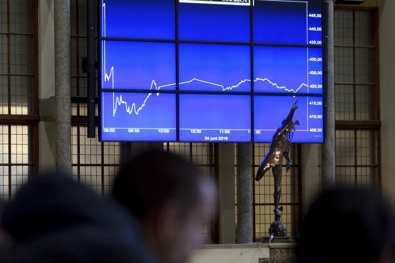 英國脫歐派勝出後,英鎊大貶,全球股市受衝擊。(美聯社)