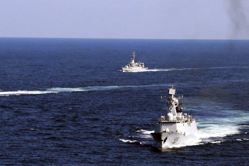 南海仲裁宣判在即,中國軍艦在南海進行演習。(美聯社)