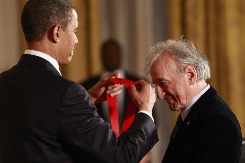 納粹大屠殺見證者、偉大猶太人道主義者維瑟爾,2009年接受歐巴馬總統頒贈動章(美聯社)
