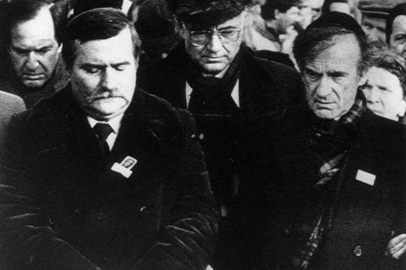 納粹大屠殺見證者、偉大猶太人道主義者維瑟爾(右)與波蘭團結工聯領導人瓦文薩(左)1988年重訪奧斯威辛集中營(美聯社)