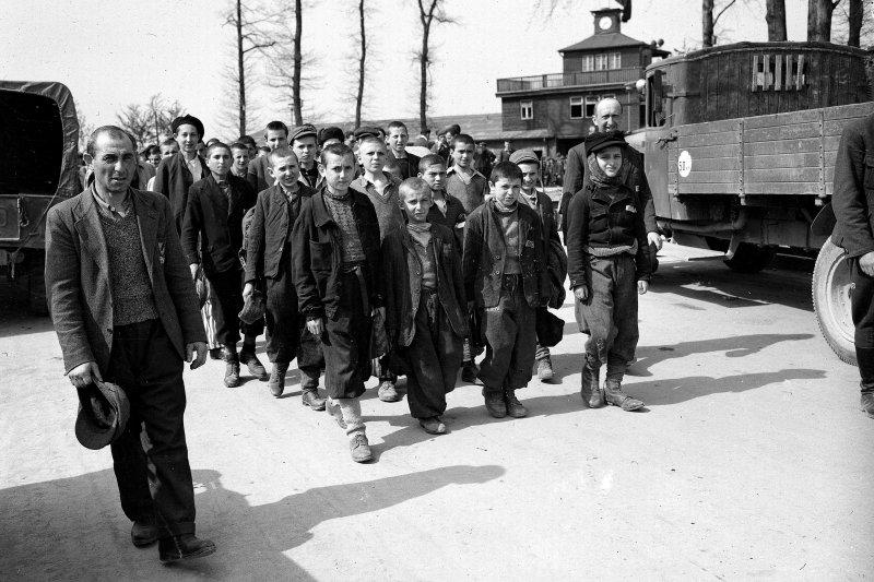 納粹大屠殺見證者、偉大猶太人道主義者維瑟爾(第4列最左邊的高個子),1945年4月,當時他剛被美軍拯救(美聯社)