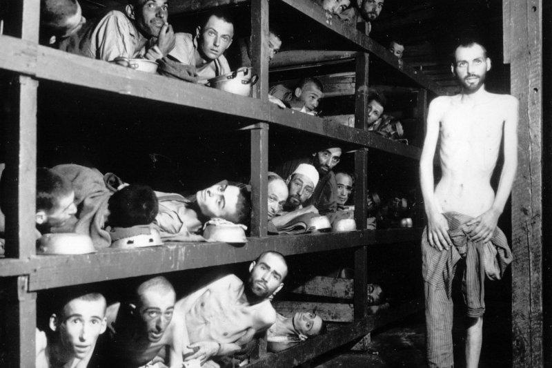 納粹大屠殺見證者、偉大猶太人道主義者維瑟爾(中間一列,左邊數來第7個),1945年4月,在布亨瓦德集中營(美聯社)