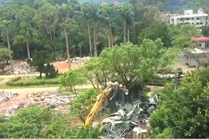台北市議員李慶元質疑,國防部移交給政大的指南山莊,在無拆照的情況下被拆除。(李慶元辦公室提供)