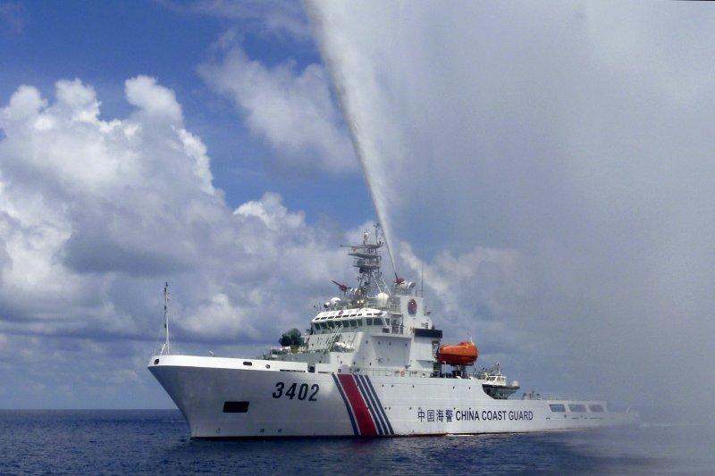 南海主權爭議,中國海警船艦向菲律賓船艦噴水示威(美聯社)