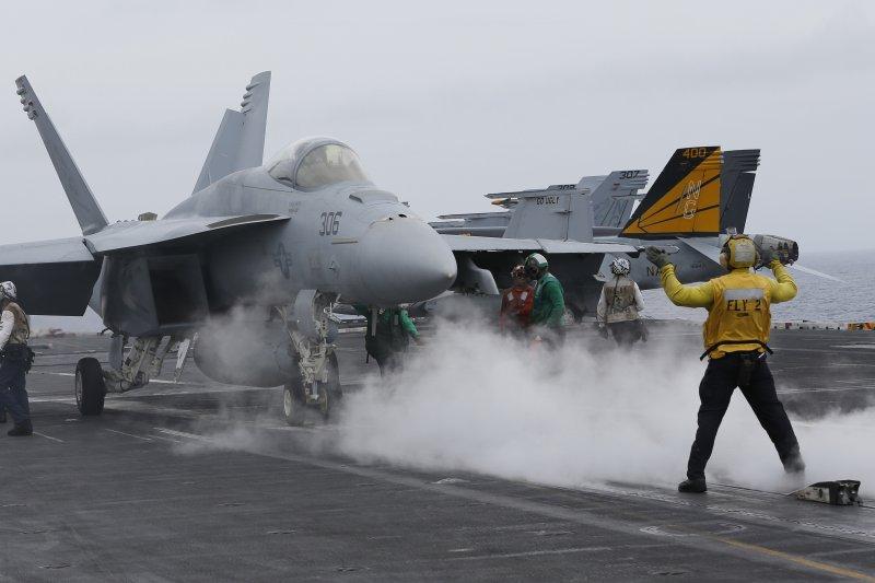 南海主權爭議導致情勢緊張,美軍日前出動航空母艦「史坦尼斯號」進行演習(美聯社)